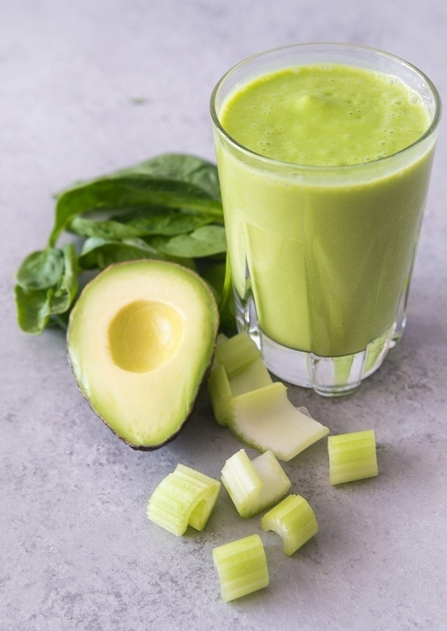 Avocado smoothie with spinach, celery and almond milk. Simple ingredients. | Malenanutricion.com