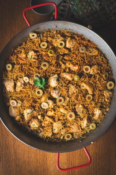 Paella de fideos con pollo en el pan de paella.